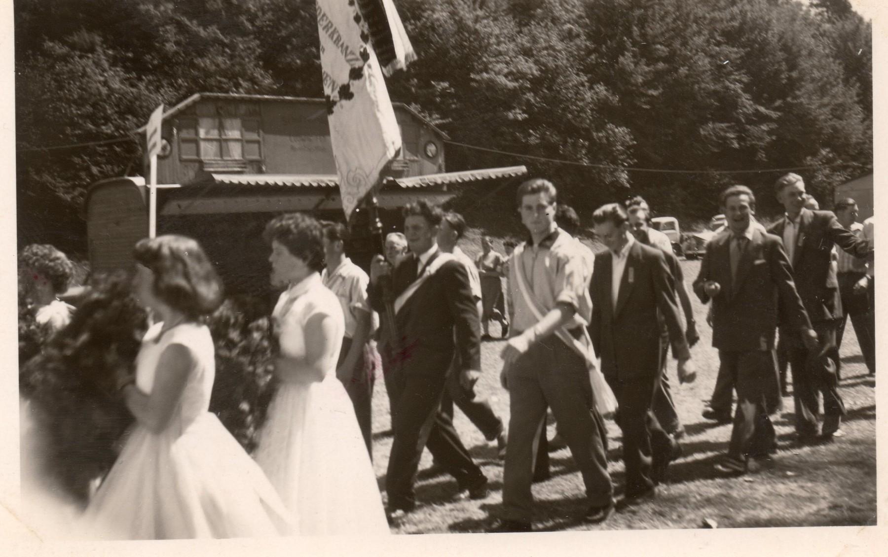 1957-MGV_HK-bei-Fahnenweihe-NK